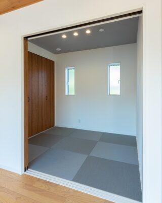 リビングに隣接した和室 扉を開ければリビングに繋がり、扉を閉めれば個室の和室にも #和室 #和室のある家 #アクセントクロス #アクセントクロスグレー #琉球畳 #琉球畳の和室 #間接照明 #新築 #新築注文住宅 #新築一戸建て #新築住宅 #注文住宅 #パッシブハウス #パッシブデザイン #家づくり #木の家 #木造住宅 #ゼロエネルギー住宅 #高性能住宅 #福知山 #福知山新築 #丹波 #丹波新築 #丹波篠山 #丹波篠山新築 #ヨネダ #ヨネダの住まい